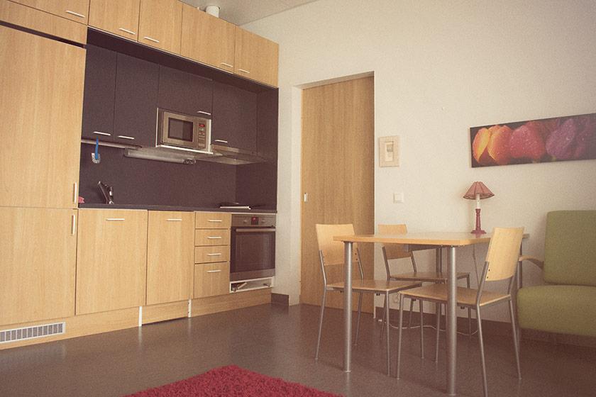 Perhekuntoutuksessa käytettävissä on perhehuone.